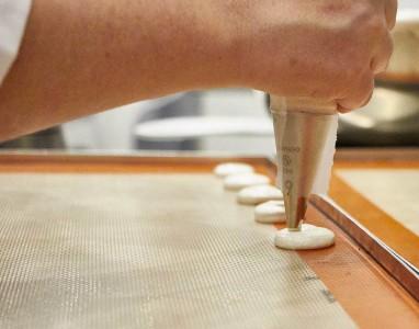 La nave azul Manga pastelera preparando Macarons
