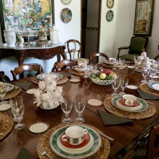 Montaje de mesas para celebración de aniversario